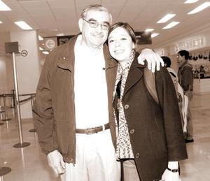 Clara Ocampo viajó a México, DF. y fue despedida por Javier Ocampo.