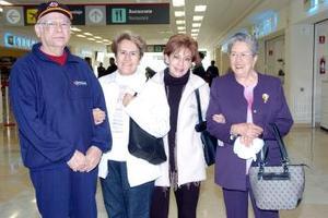 <b>29 de noviembre 2005</b><p> Laura y María Elena Azcárraga viajaron a México, DF. y fueron  despedidas por Ema y Roque de León.