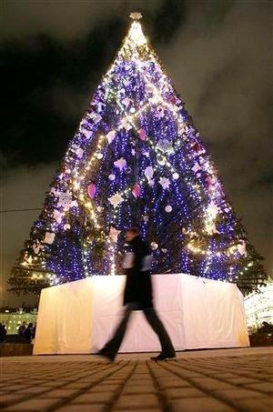 El árbol navideño que engalana el centro de Moscú.
