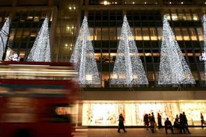 Luces navideñas iluminan la callecentral de Londres.