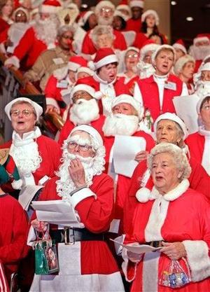 Vestidos de Santa Claus, miembros del grupo de caridad Goodwill Santa cantan a las afueras de un hotel en Tokio, Japón.