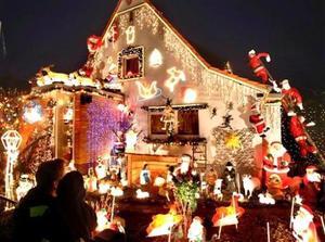 Miles de luces navideñas  y decoraciones de Santa Claus decoran la casa y jardín de Bernhard Nermerich en Kelkheim cerca Frankfurt, Alemania.