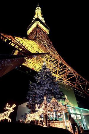 Iluminaciones navideñas adornan la base de la torre de Tokio, de 333 metros de altura, localizada en el centro de la capital japonesa.