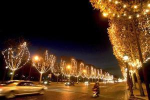 La avenida de los campos Eliseos de París quedó adornada con luces de navidad desde la plaza de la concordia hasta la estrella por los dos lados a lo largo de 2.5 km.