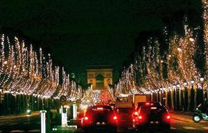 Más de 13 mil 500 luces navideñas iluminan los campos Elíseos de París, desde la plaza de la Concorde a L´etoile.