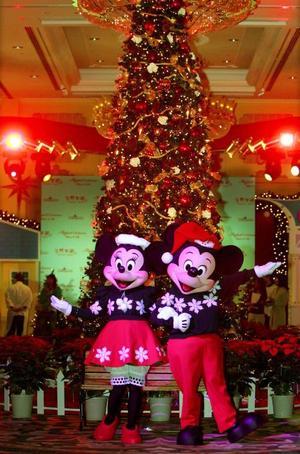 Micky y Mimi Mouse captados frente al Hotel DIsneyland en Hong Kong. <p> El árbol navideño es una costumbre proveniente de los países nórdicos, donde éstos son símbolo de vida. Por ello, para conmemorar la Navidad en estos países, adornan los árboles con guirnaldas, regalos y adornos de colores; costumbre que rápidamente se extendiópor todo el mundo.