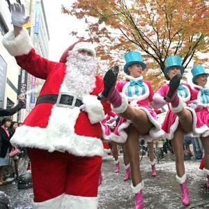 Santa Claus festeja los días navideños en un desfile celebrado en Seúl.