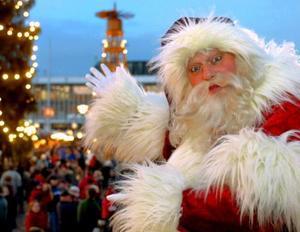 Santa Claus participa en la inauguración del mercado de navidad más antiguo en Dresde, Alemania.