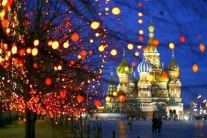 Árboles decorados con motivos navideños se pueden apreciar cerca  de la St. Basil Cathedral en Moscú.