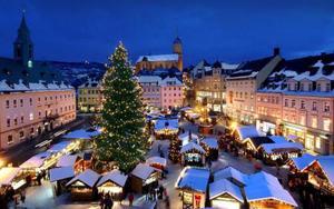 Una fina capa de nieve crea la atmósfera perfecta en un mercado navideño en Annaberg-Buchholz, al oeste de Alemania.