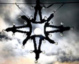 Esta foto muestra al Sol através de una decoración navideña en Balingen, Alemania. <p> La estrella que se le coloca en la punta de los árboles de Navidad, tiene su origen en Filipinas. Allíse elaboran antorchas en forma de estrellas de cinco puntas, que iluminan la entrada de los hogares.