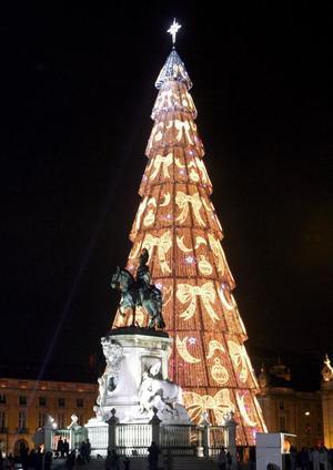 Vista general del árbol de navidad de 74 metros de largo, 170 toneladas de peso y adornado con dos millones de bombillas en el centro de Lisboa.