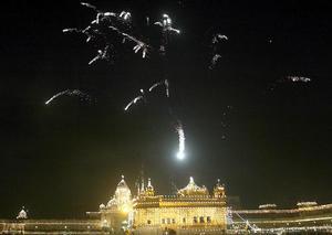 <p>En los países nórdicos, el árbol de Navidad se decora con ángeles y gnomos. En Japón, el árbol lleva en sus ramas muñecas, adornos de papel, abanicos y sonajeros. En China, en lugar de pinos se utilizan naranjos, símbolos de felicidad en esta cultura.  <p> Vista de los fuegos artificiales sobre el templo dorado de Amritsar, en la provincia de Punjab, India.