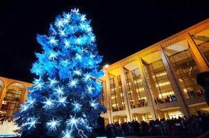 El árbol navideño del Lincoln Center's  fue captado en esta fotografía. El árbol azulado de 50 pies representa al Árbol más musical de America