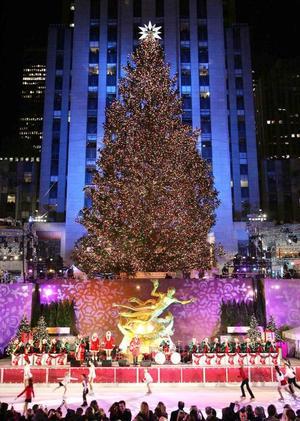 La tradición de este símbolo de la Navidad se remonta a diciembre de 1931, cuando se estaba construyendo el rascacielos y unos trabajadores decidieron colocar un árbol en medio de la obra como símbolo de la esperanza en aquellos años de crisis económica.   <p> Desde entonces, todo los años se ha puesto un árbol, aunque durante los años de la II Guerra Mundial no estuvo iluminado.