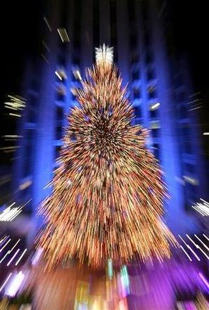 Encendido de las 30 mil bombillas del árbol más famoso del mundo que cada año se coloca en el Rockefeller Center de Nueva York marcó el inicio de la temporada navideña, con la presencia de niños damnificados por los huracanes.