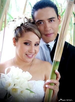 Ing. Nelson Tuda Lozano y C.P. Claudia Marcela Mora Rivas contrajeron matrimonio religioso el sábado 15 de octubre de 2005.