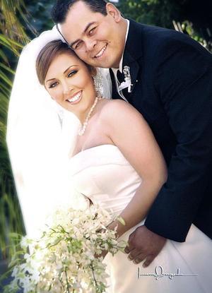 Lic. Juan Carlos Martínez Rivas e Ing. Jenny Robles Aznar contrajaeron matrimonio religioso en la parroquia de La Sagrada Familia el 22 de octubre de 2005.