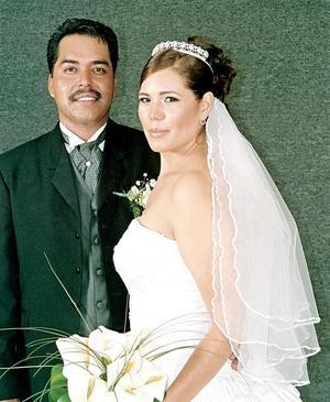 Sr. Andrés Esparza Flores y Srita. Brenda Yazmín Caldera Murillo recibieron la bendición nupcial el 21 de octubre de 2005.jpg
