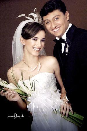 Sr. Roberto Carlos de la Cruz Ramírez y Srita. Lucy Olivia Torres Romo, el día de su boda celebrada el pasado 12 de noviembre.