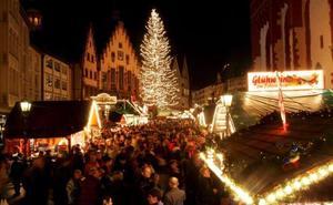 Miles de personas llenan las calles del tradiciomal mercado de navidad en Fráncfort, Alemania.