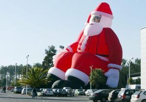 Un Papá Noel hinchable de 30 metros se exhibe en un estacionamiento de un centro comercial de Batalha, Portugal. Se espera que lo registren como el mayor Papá Noel hinchable del mundo.