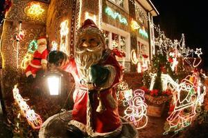 Casa decorada con luces navideñas fue captada en Hamburgo al norte de Alemania .