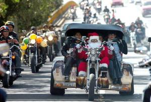 Miles se congregan para festejar el arribo de la Navidad en las calles con alegre desfile, cuya figura principal es Santa Claus.
