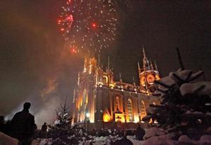 Fuegos artificiales se aprecian sobre la catedral de la Inmaculada Concepción en Moscú, Rusia.