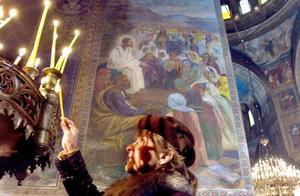 Una mujer enciende una vela durante la Misa de Gallo en la Catedral de San Alejandro en Sofía.