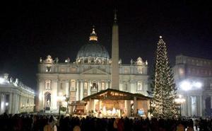 Vista general de la plaza de San Pedro del Vaticano iluminada por la decoración navideña al celebrarse la Misa de Gallo en la Basílica de San Pedro del Vaticano