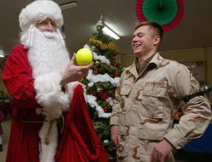 Un hombre vestido de Santa Claus bromea con un oficial de seguridad en el aeropuerto ubicada a las afueras de Kyrgyz en Asia Central.