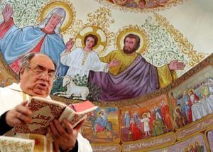 El obispo Emanuel Musalam ofició la misa de Nochebuena en la iglesia Católica de la ciudad de Gaza, en la Franja de Gaza.