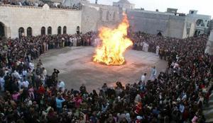 Cristianos iraquíes se reunieron en torno a una hoguera durante una ceremonia religiosa de víspera de Navidad celebrada en la iglesia de Mosul, Irak.