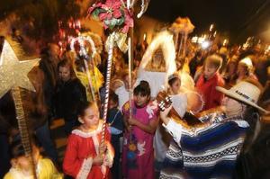 Miles recuerdan el nacimiento del niño Dios con villancicos durante las típicas posadas.