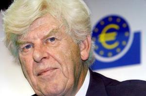 <b>JULIO</B><P> El ex presidente del Banco Central Europeo (BCE), el holandés Wim Duisenberg, fue hallado muerto en una casa de campo en la localidad francesa de Faucon, informó la Policía, que no precisó las causas del fallecimiento. <P> Duisenberg, quien fue el primer presidente del Banco Central Europeo (BCE), entre mayo de 1998 y otoño de 2003, y fue relevado por el francés Jean-Claude Trichet, encabezó la introducción del euro como moneda común de la Unión Europea.