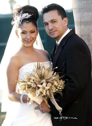 Sr. Ramiro Aguilera Aguilera y Srita. Cecilia Martínez Fematt unieron sus vidas en el Sacramento del Matrimonio en la parroquia Los Ángeles el 26 de noviembre de 2005.  <p> <i>Estudio: Maqueda</i>