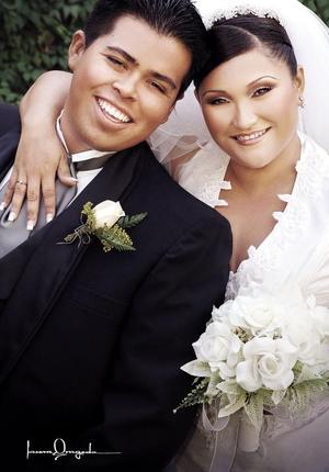 Ing. José Luis Muñoz Pámanes e Ing. Adriana González Sáenz contrajeron matrimonio religioso , el sábado 22 de octubre de 2005.  <p> <i>Estudio: Laura Grageda</i>