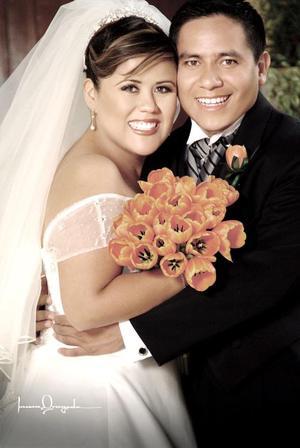 Lic. Marco ANtonio Herrera Gallo y Lic. Claudia Marsela Adame Ponce contrajeron matrimonio religioso en el Santuario del Cristo de las Noas, el sábado 15 de octubre de 2005.    <p> <i>Estudio: Laura Grageda</i>
