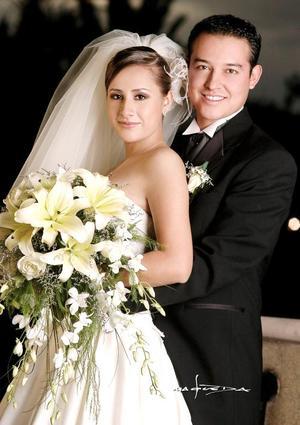 Lic. José Antonio Benítez Castañeda y Lic. Dahlia Morado Campos contrajeron matrimonio en la parroquia de San Pedro Apóstol, el 25 de noviembre.   <p> <i>Estudio: Maqueda</i>