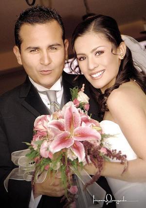 Sr. Jorge Arturo Llamas de León y Srita. Salma Guadalupe Oviedo Soto contrajeron matrimonio religioso en la parroquia de San José de Ciudad Lerdo, el pasado 19 de noviembre.   <p> <i>Estudio: Laura Grageda</i>