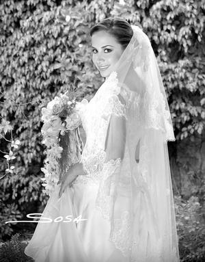 Srita Gabriela Guajardo Sánchez, el día de su boda con el Sr. Leonardo David Nahle Ortiz.  <p> <i>Estudio: Sosa</i>