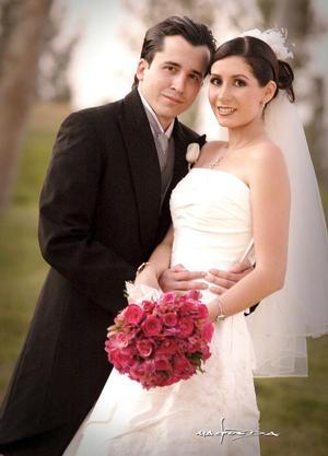 Sr. Manuel de la Parra Martínez y Srita. Diana Carrete Montes recibieron la bendición nupcial en la parroquia Los Ángeles el cinco de noviembre de 2005  <p> <i>Estudio: Maqueda</i>