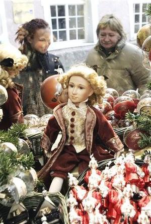 En Salzburgo, se abrió al público la exposición ¡Viva Mozart!, que recorre la época en la que vivió el músico y muestra más de 300 objetos personales del compositor o directamente relacionados con él, como su partida de nacimiento o varias de sus cartas, y todo a menos de cinco minutos de la casa donde vio la luz.