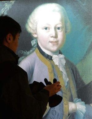 En Viena, donde Mozart halló la felicidad, se casó y compuso algunas de sus mejores obras, más de 300 artistas participarán durante tres días en un centenar de actos culturales, mientras que el Ayuntamiento ha instalado una Carpa Mozart para difundir información sobre los espectáculos y la vida del compositor.
