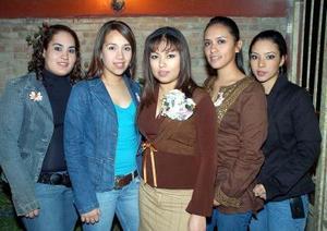 de_03022006  Janeth Rocío Gámez Ciper acompañada por un grupo de amigas el día de su fiesta de despedida.