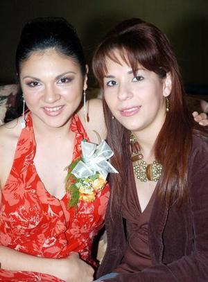 de_04022006  Ana Laura Rodríguez en compañía de su prima Ángela Villarreal Pérez.