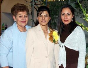 de_04022006  Edna Graciela Pérez Bassol disfrutó de una fiesta pre nupcial que le organizaron Rocío de Pérez y Mayra Canales de Martínez.