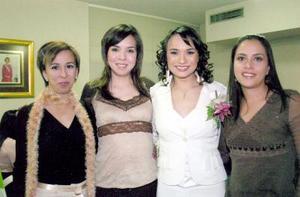 de_04022006  Valeria Correa Rivas acompañada por Susana Lazarín, Ana Chew y Gabriela Quintero.