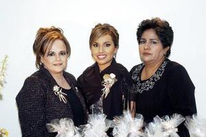 de_14022006  Yasmín Margarita Moreno Robles acompañada por su mamá Lidia Margarita Robles de Moreno  y su suegra Carmen  Escobedo de Montes, en la despedida que le ofreció